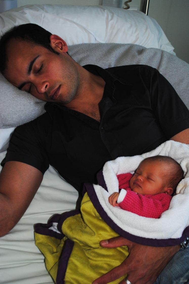 sieste dans les bras de papa