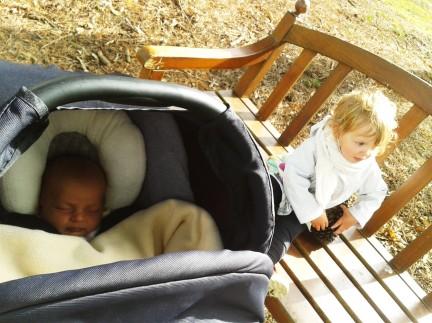 janelle 1 mois sortie avec sa soeur 2